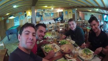 """(De droite à gauche : Mats, Valentin, Nicolas, David) Au """"Chariot"""""""